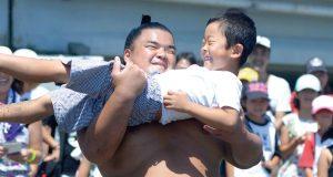親方も参加!【どすこいビーチクリーン】相撲体験
